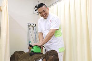 機器を使用した腰の施術